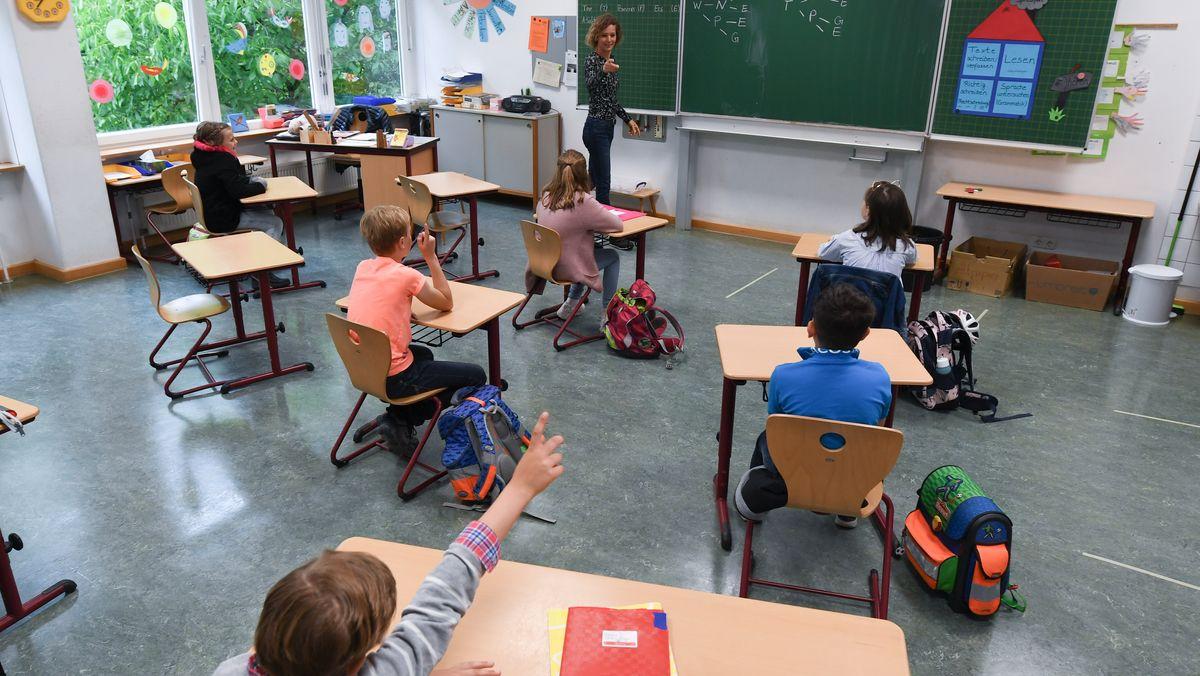 Schüler sitzen mit Abstand zueinander im Klassenzimmer (Symbolbild)