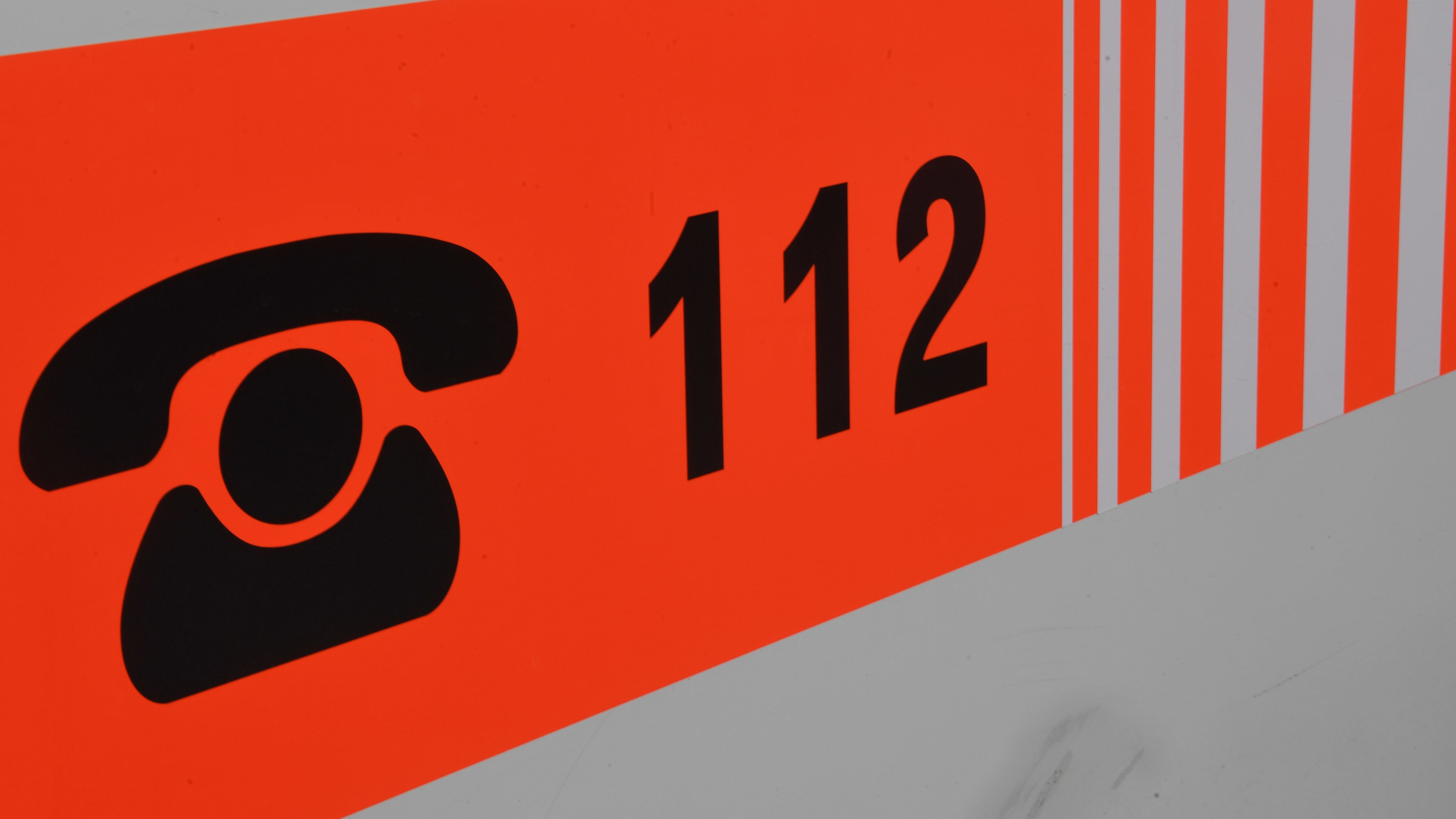 Rufnummer 112 auf einem Rettungswagen (Archiv)