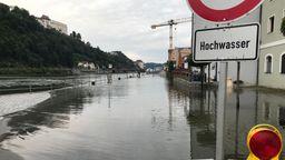 Die Donau in Passau hat bereits Gehwege und Straßen geflutet   Bild:BR/Katharina Häringer