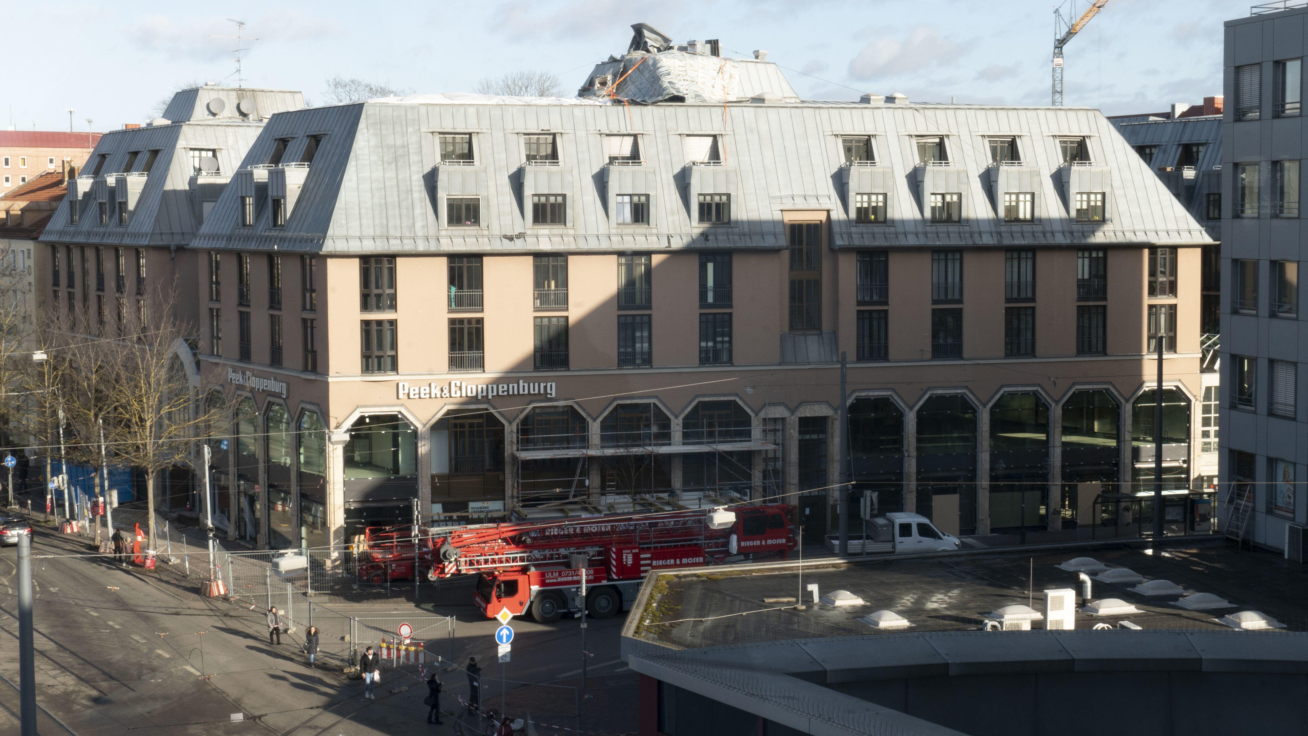 Absperrung an der Bahnhofstraße in Augsburg, gesicherte Dachteile