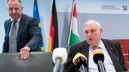 Karl-Josef Laumann (r.), Gesundheitsminister von Nordrhein-Westfalen, und Stephan Pusch, Landrat Kreis Heinsberg | Bild:pa / dpa / Federico Gambarini