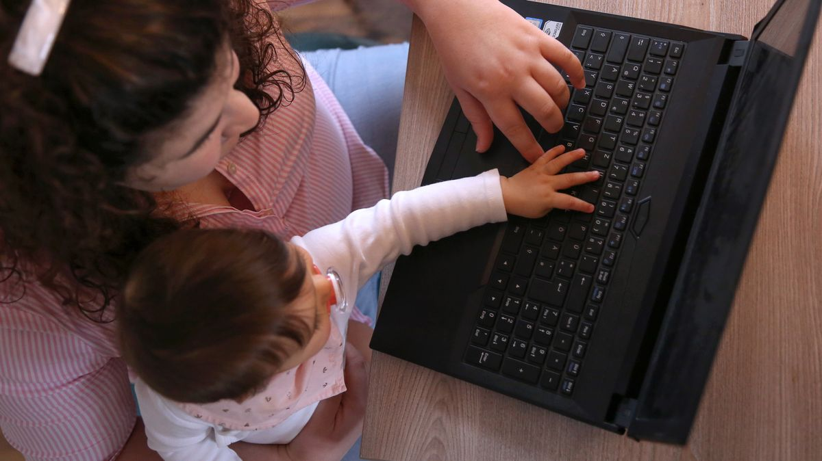 Mutter mit Baby am Laptop