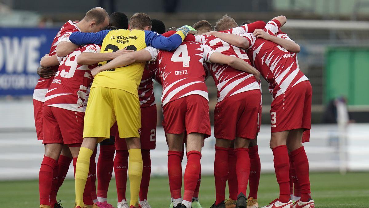 Würzburger Kickers vor dem Spiel in Darmstadt