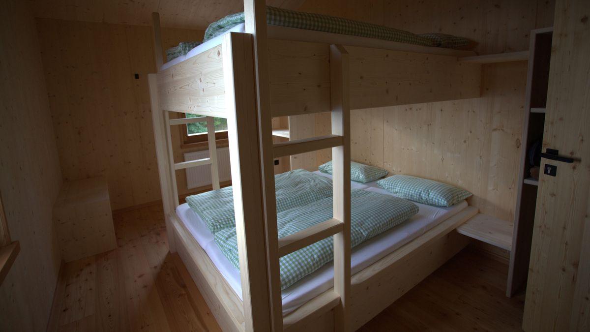 Eins der Übernachtungszimmer mit Stockbetten und viel Holz