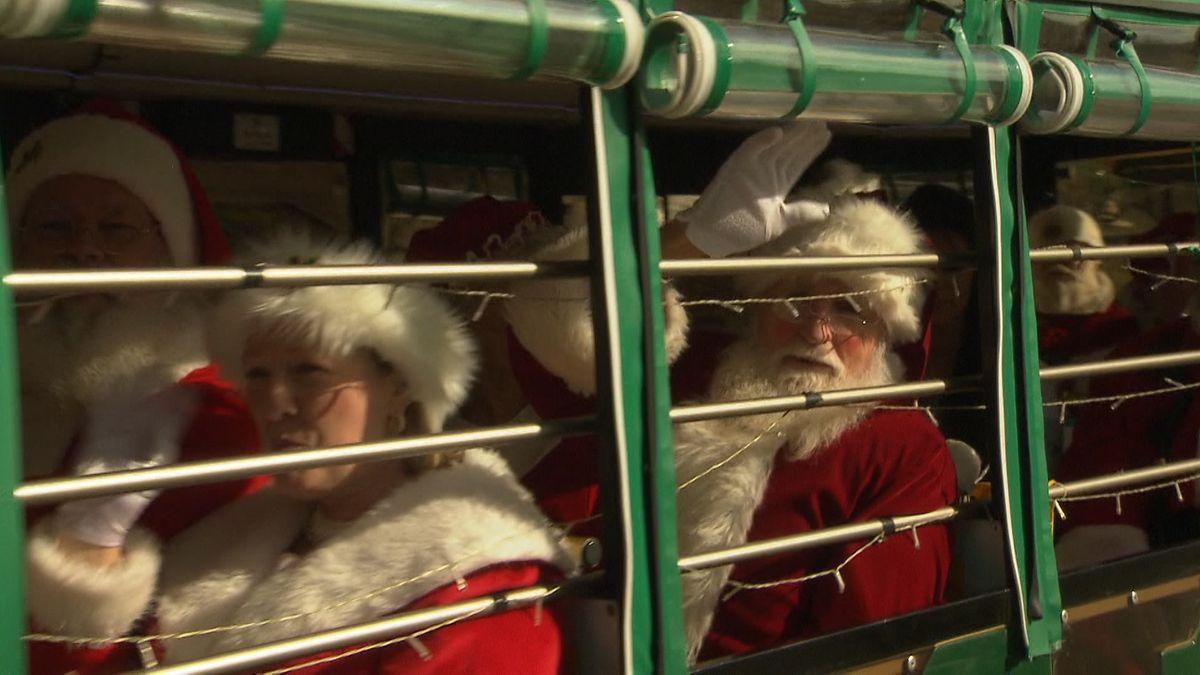 50 Weihnachtsmänner besuchen das Heilige Land