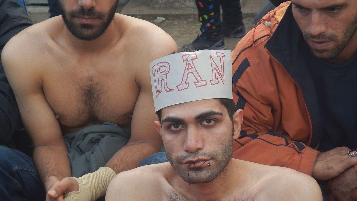 """Mann mit zugenähten Lippen und Papierkrone """"Iran"""""""