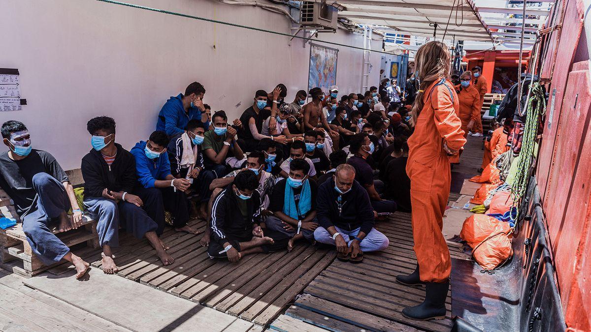"Migranten sitzen am 5.7. an Deck des privaten Rettungsschiff ""Ocean Viking""."