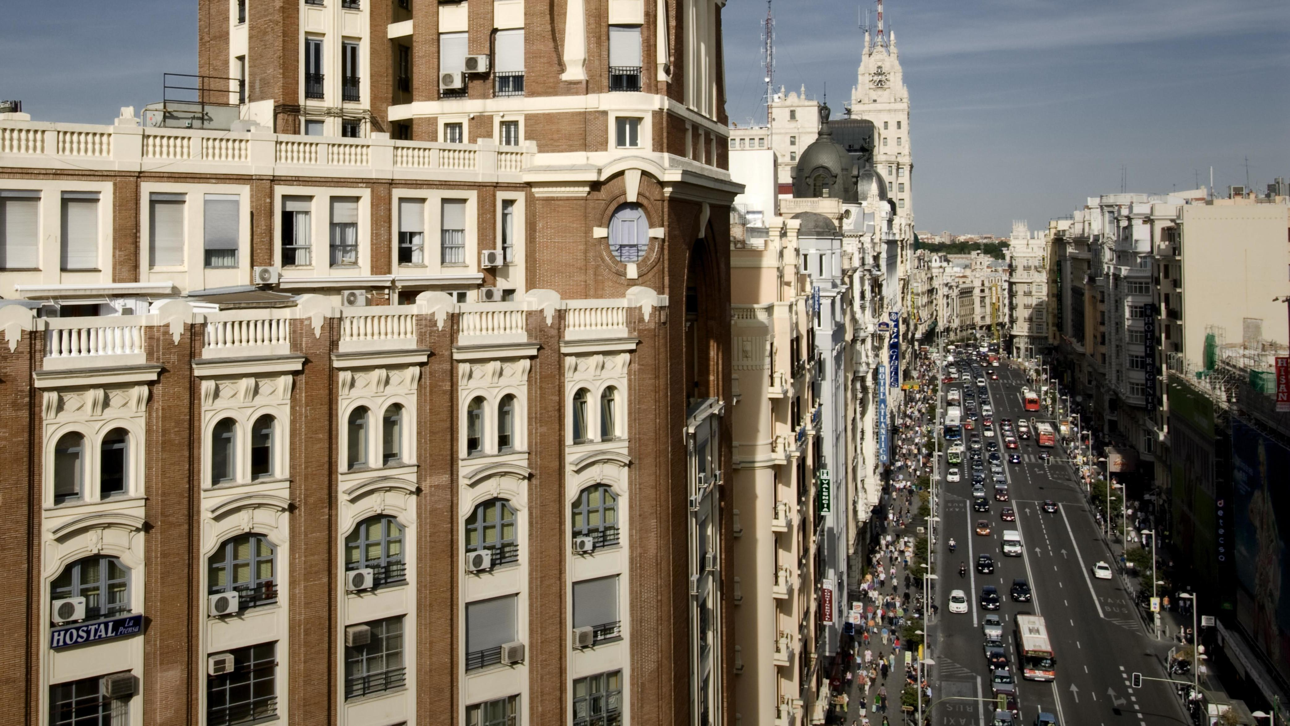 """Der """"Pressepalast"""" an der Gran Via von Madrid im Stoßverkehr"""