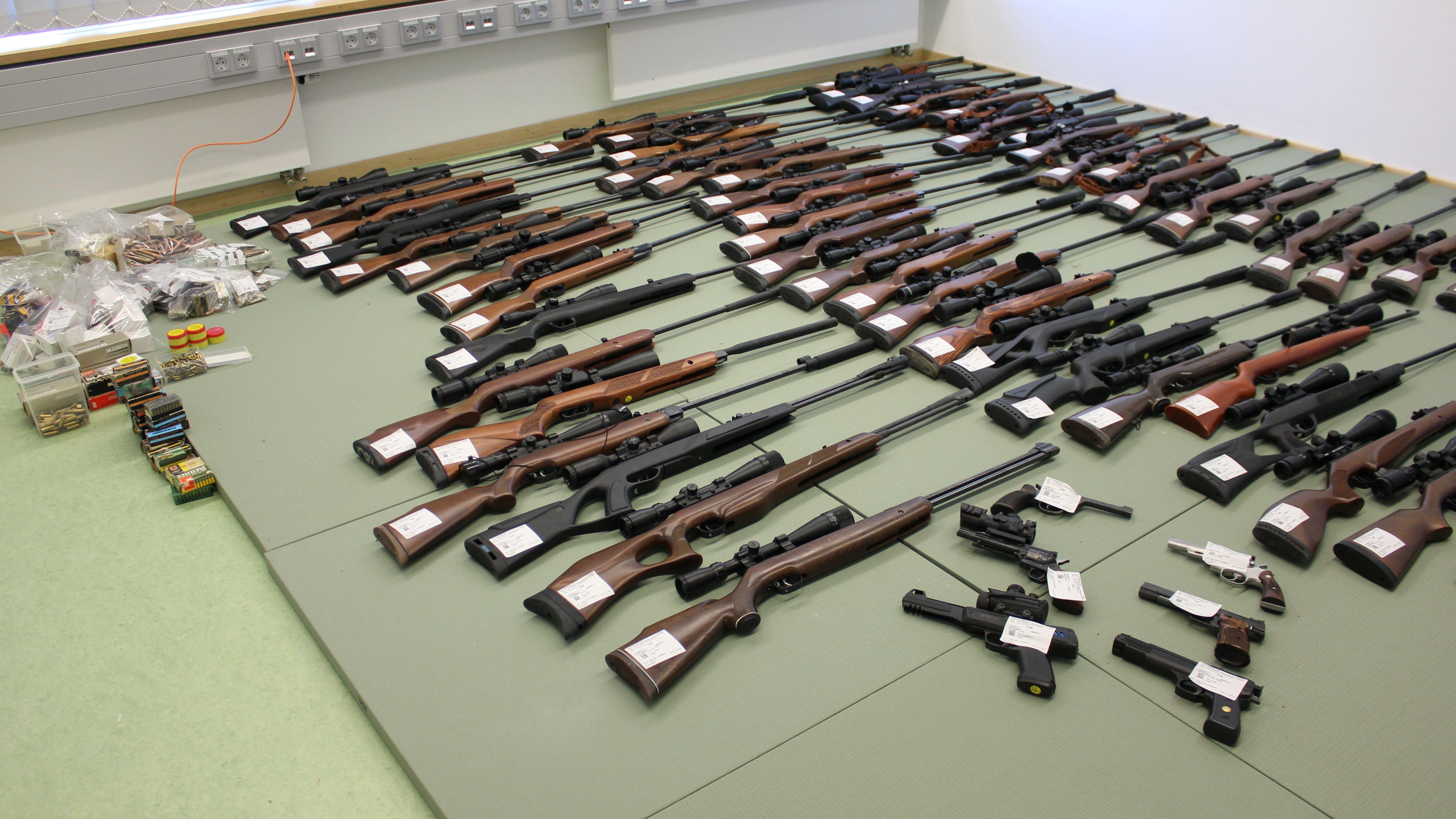 Die sichergestellten Waffen samt Munition