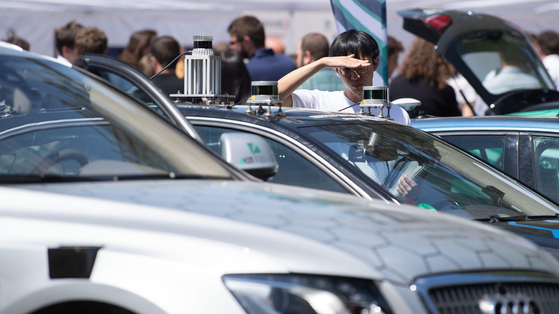 WLAN oder Mobilfunk: Wie sollen autonome Autos in Zukunft kommunizieren?