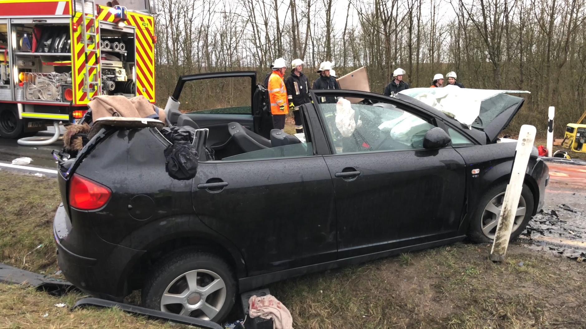 Ein 61-jähriger Mann und seine 58-jährige Ehefrau aus dem Landkreis Main-Spessart sind nach einem Autounfall zwischen Karlburg und Wiesenfeld gestorben. Die Fahrerin des zweiten beteiligten Pkw, eine 18-Jährige, wurde lebensgefährlich verletzt.