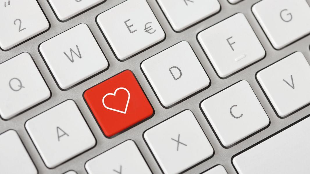 """Computertastatur mit einer """"Herz""""-Taste (Symbolbild)"""
