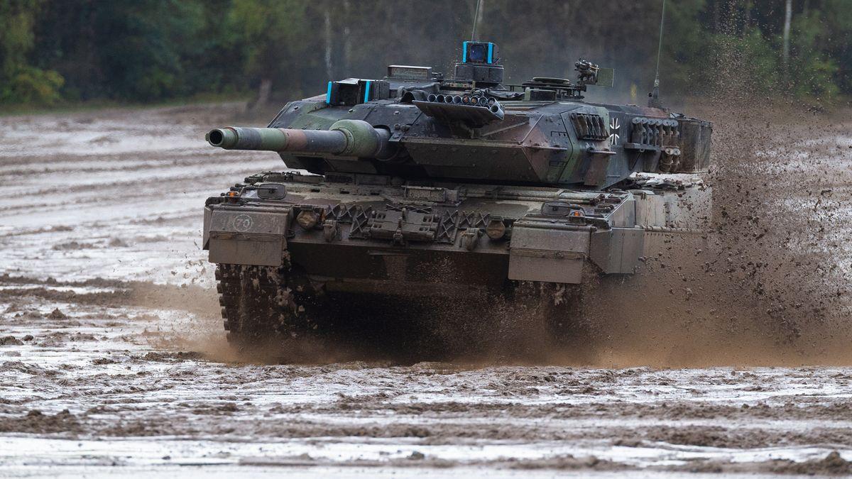 Ein Leopard-Panzer von Krauss-Maffei Wegmann fährt über ein Feld.