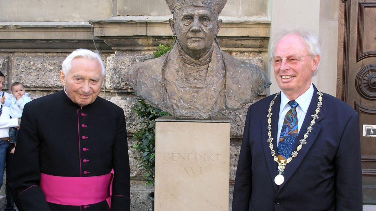 Georg Ratzinger (li.) mit dem damaligen Oberbürgermeister Fritz Stahl nach der Enthüllung der Papstbüste vor der Kirche St. Oswald am 8. Juli 2007.
