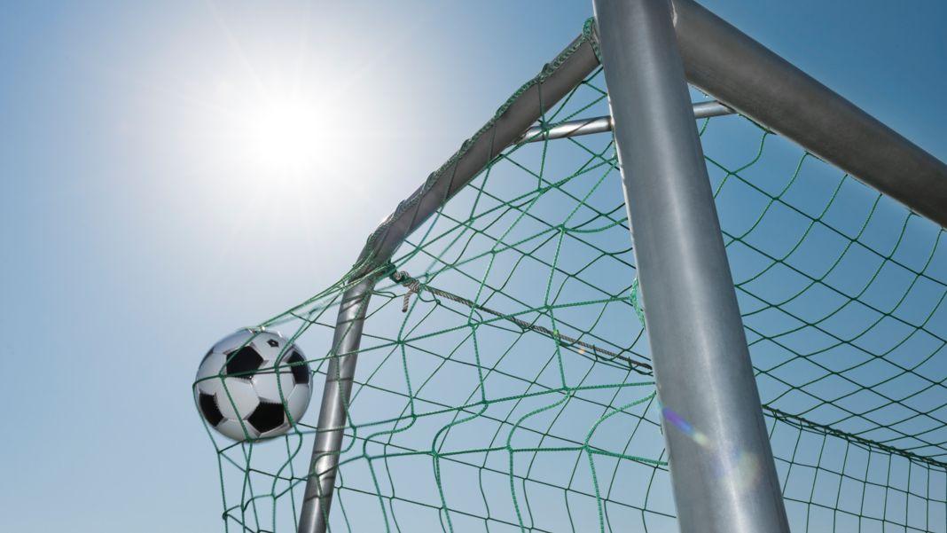 Der Ball fliegt ins Netz (Symbolbild)