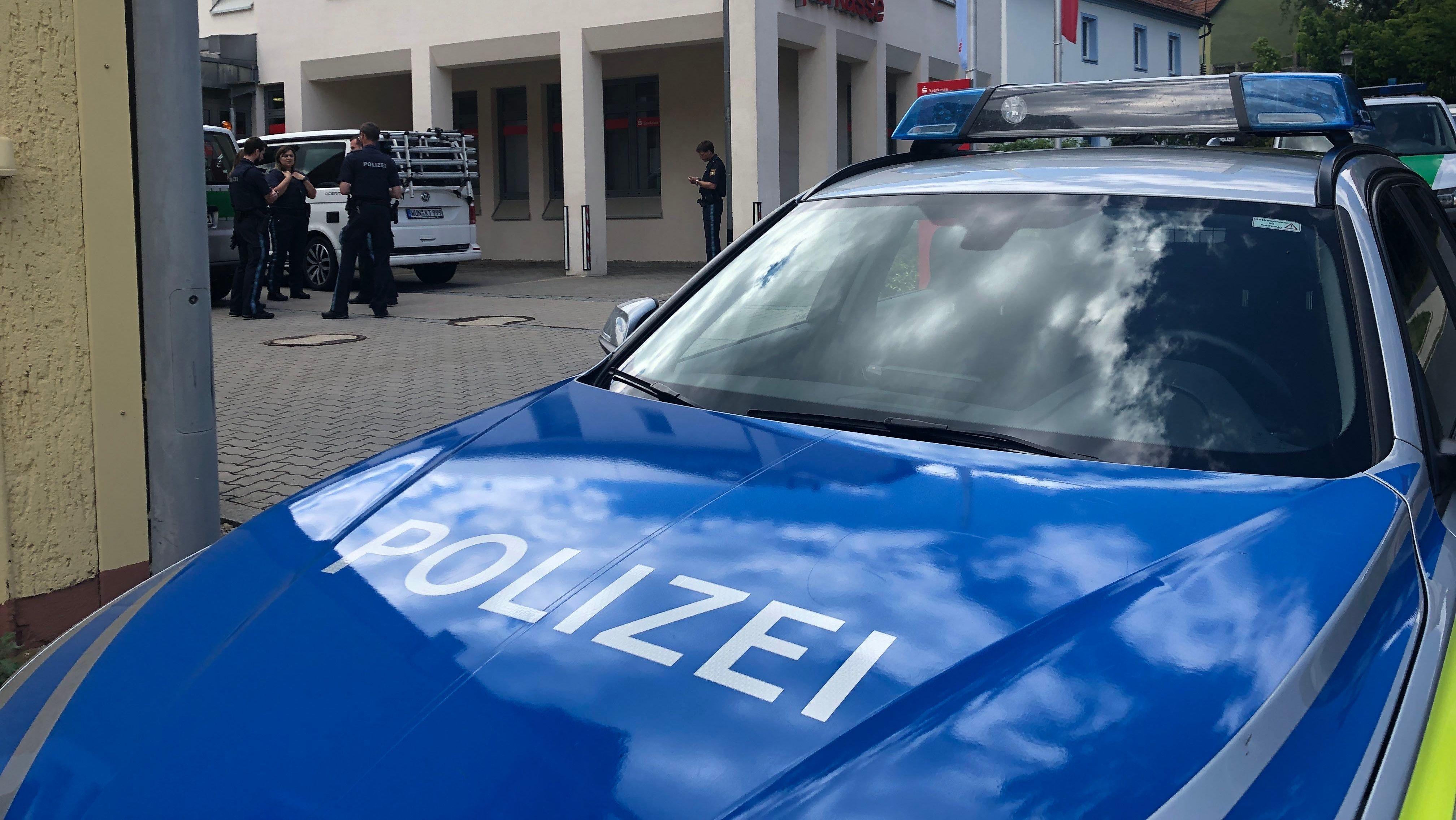Ein Polizeiauto steht vor der Sparkassenfiliale im Marktredwitzer Ortsteil Brand.