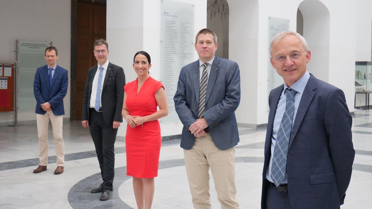 Auf dem Bild sehen Sie von links Christoph Härtel, Christian Schuchardt, Hülya Düber, Oliver Kurzai und Johannes Liese