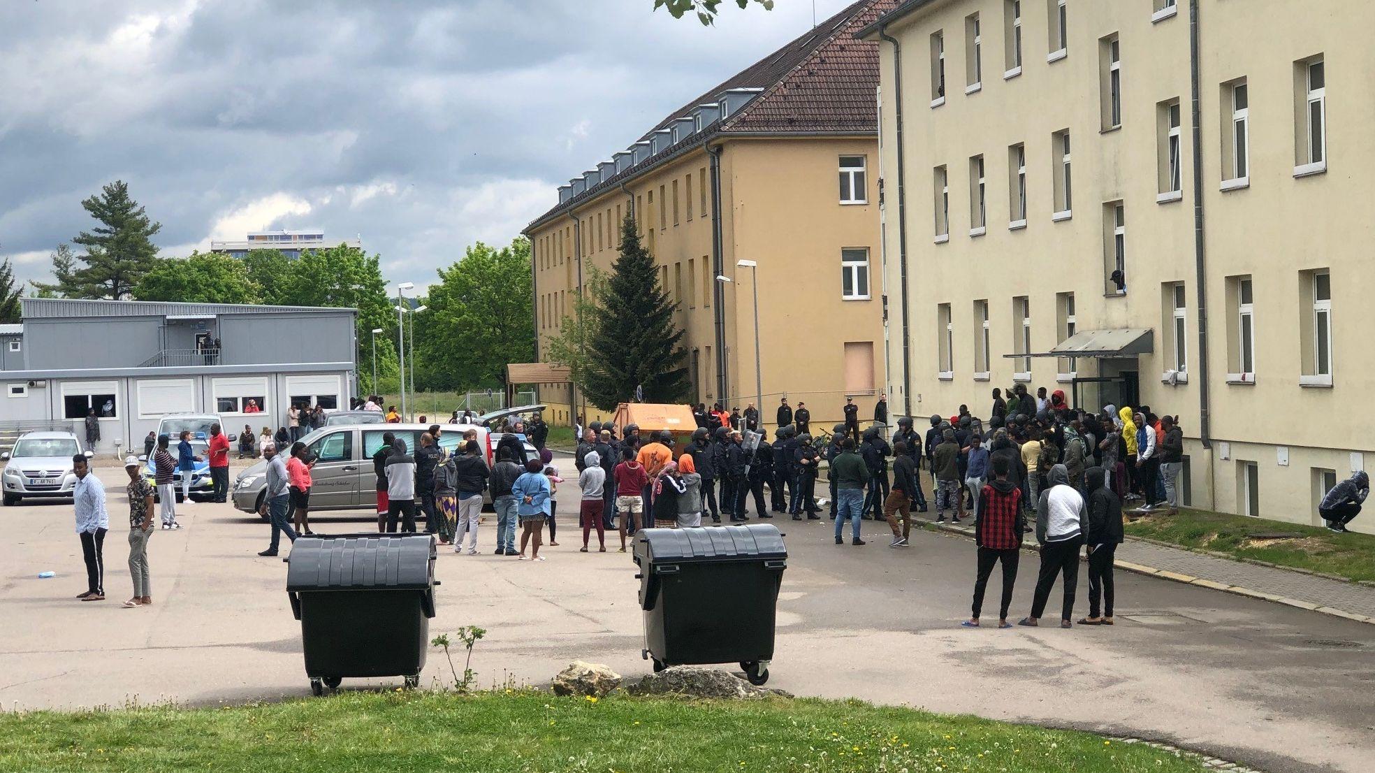 Menschen vor dem Ankerzentrum in Regensburg