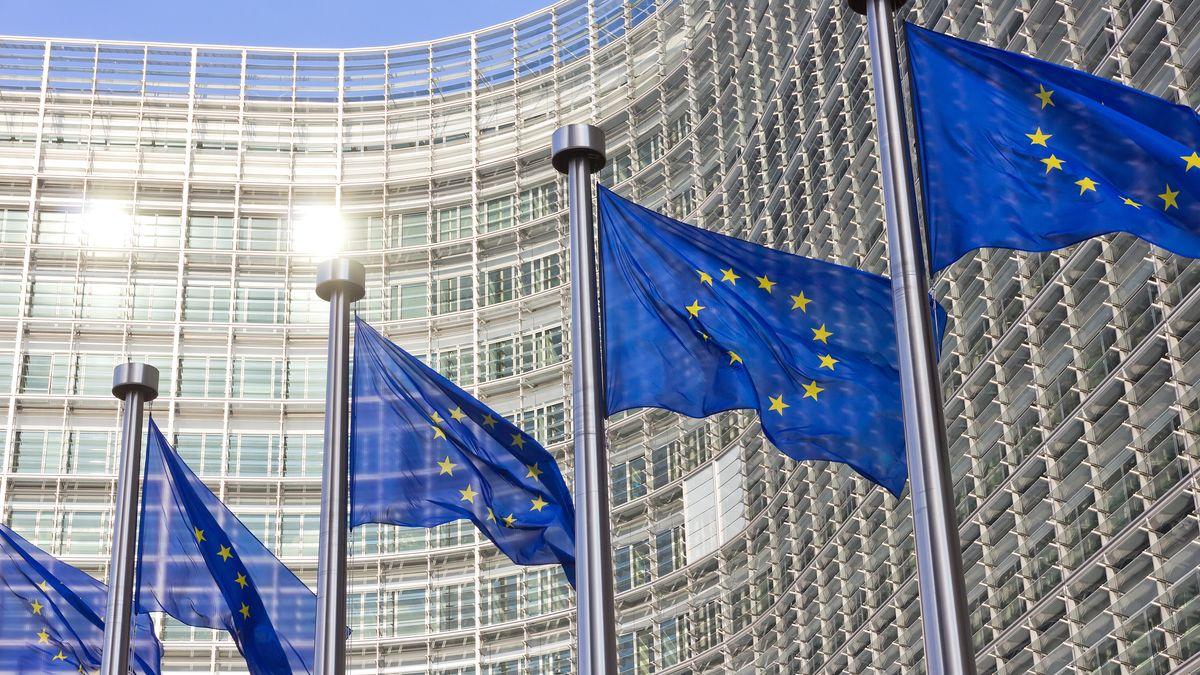 EU-Flaggen wehen vor dem Berlaymont-Gebäude in Brüssel, dem Sitz der EU Kommission