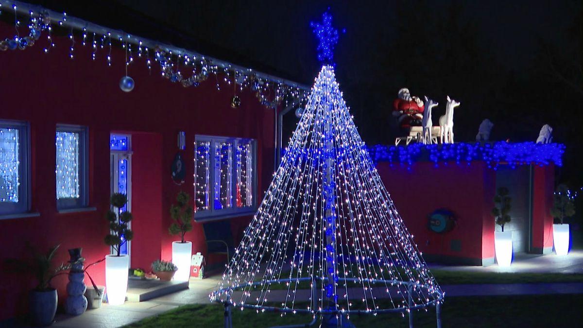 Das Haus der Familie Schott in Schwaig bei Nürnberg ist der Hingucker in der Nachbarschaft: Zehntausende LED-Lichter lassen das Grundstück vorweihnachtlich erstrahlen. Und im Garten erschallen Weihnachts-Gospels.