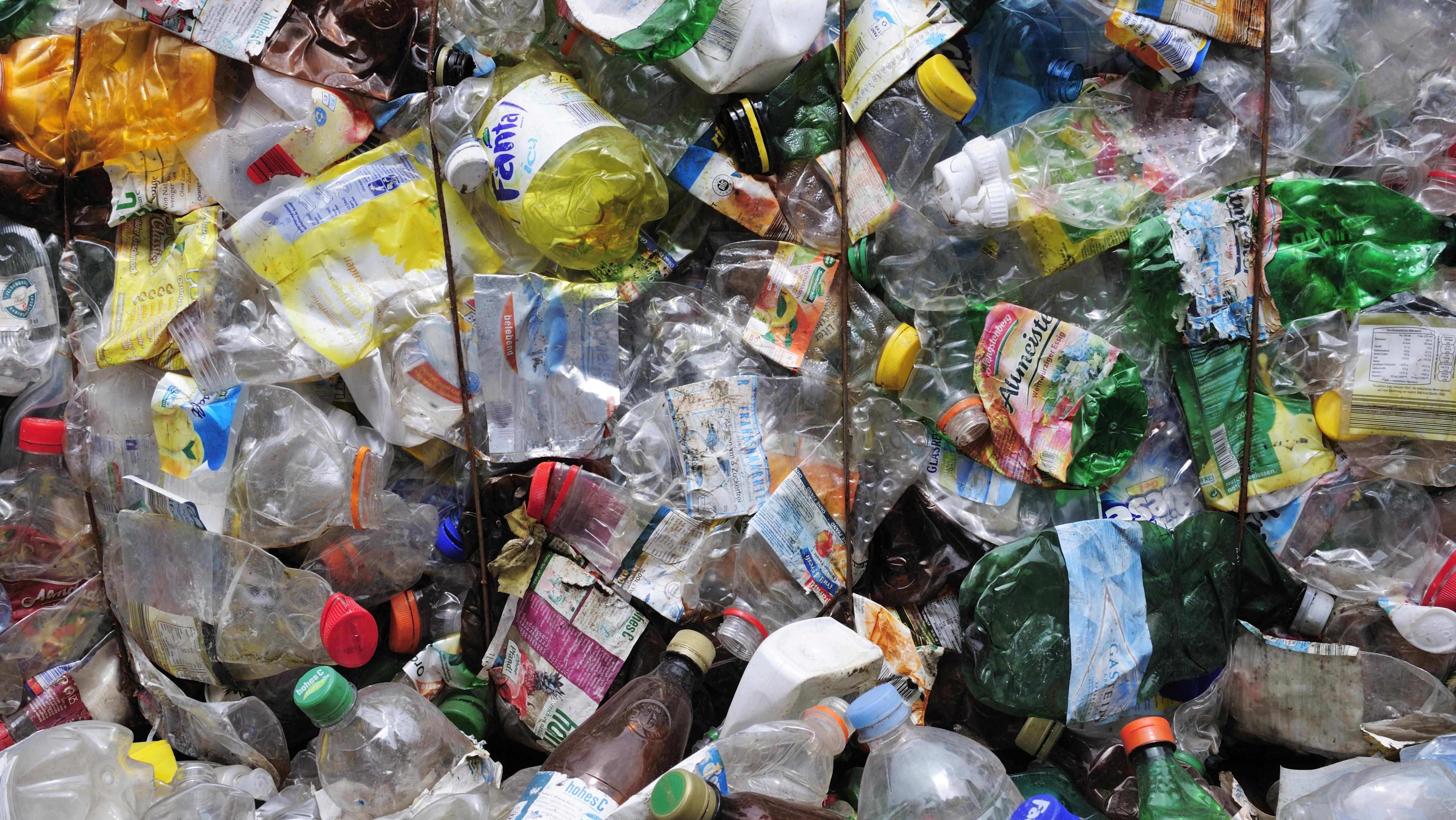 Gepresste Plastikflaschen im Recyclinghof