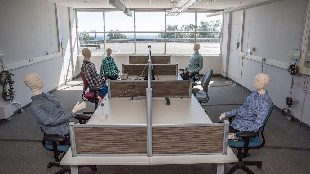 Puppen in simuliertem Büro