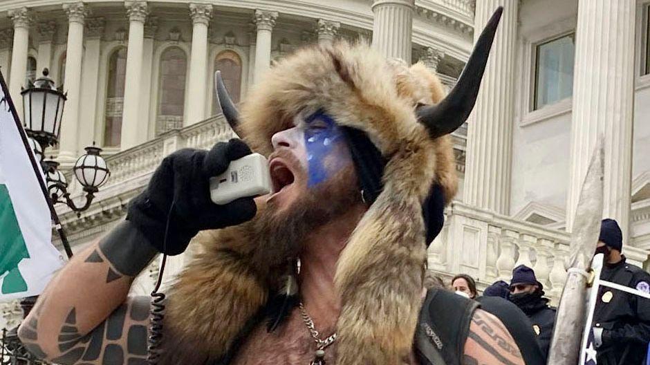 Der Aktivist schreit in ein Mikrofon