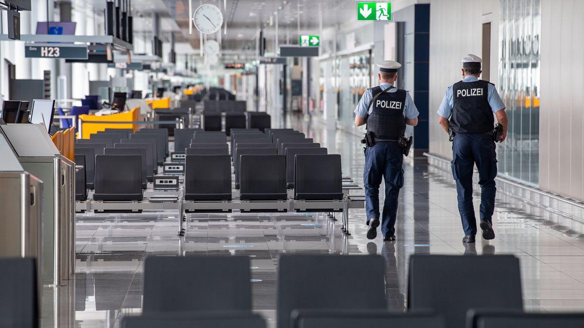 Zwei Polizisten der Bundespolizei am Münchner Flughafen. Hier gab es in den letzten Wochen weniger zu tun - an andere Stelle dafür viel mehr.