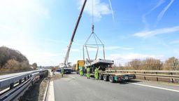 Ein Bergungsfahrzeug hebt mit Hilfe eines Kranes einen Lkw auf einen  Abschlepp-Lastwagen. | Bild:News5 / Merzbach