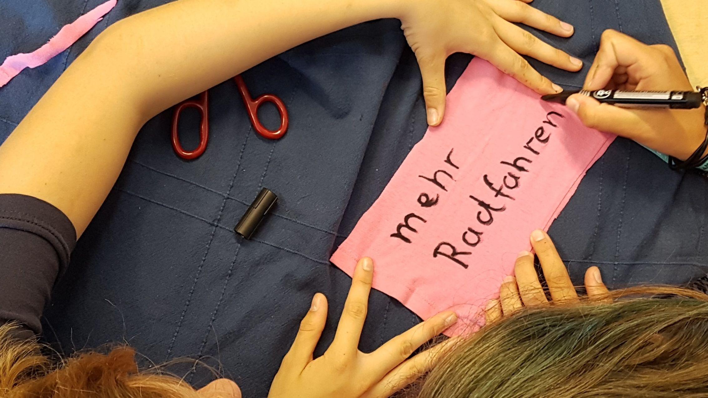 Schüler am Ammersee-Gymnasium malen Ihre Klima-Ziele auf Stofftücher