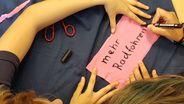 Schüler am Ammersee-Gymnasium malen Ihre Klima-Ziele auf Stofftücher | Bild:BR24 / Astrid Uhr