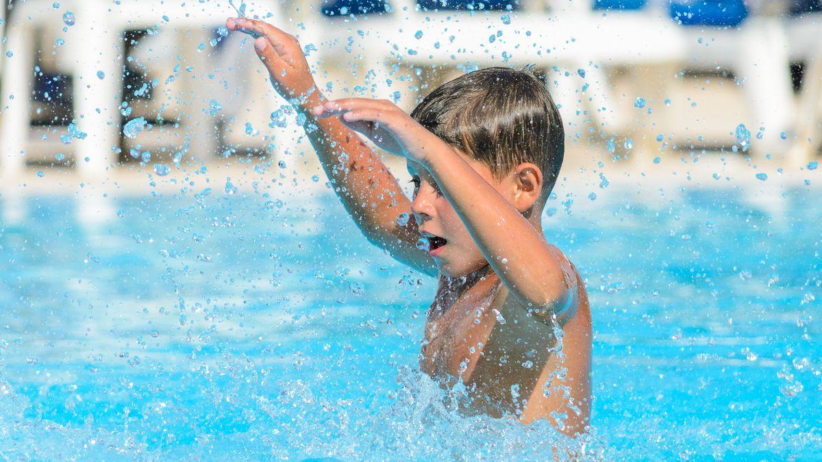 Ein Junge plantscht im Wasser