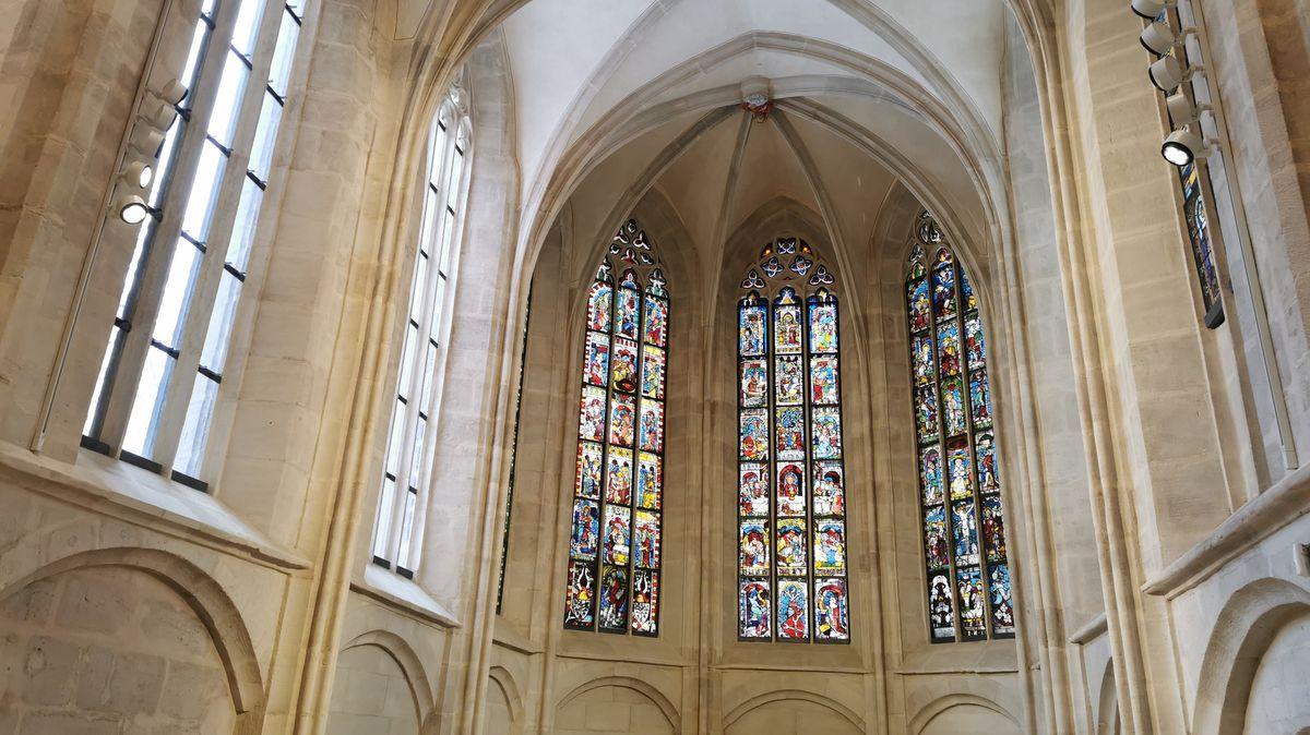 Das Kirchenschiff und die bunten Fenster der St. Martha Kirche