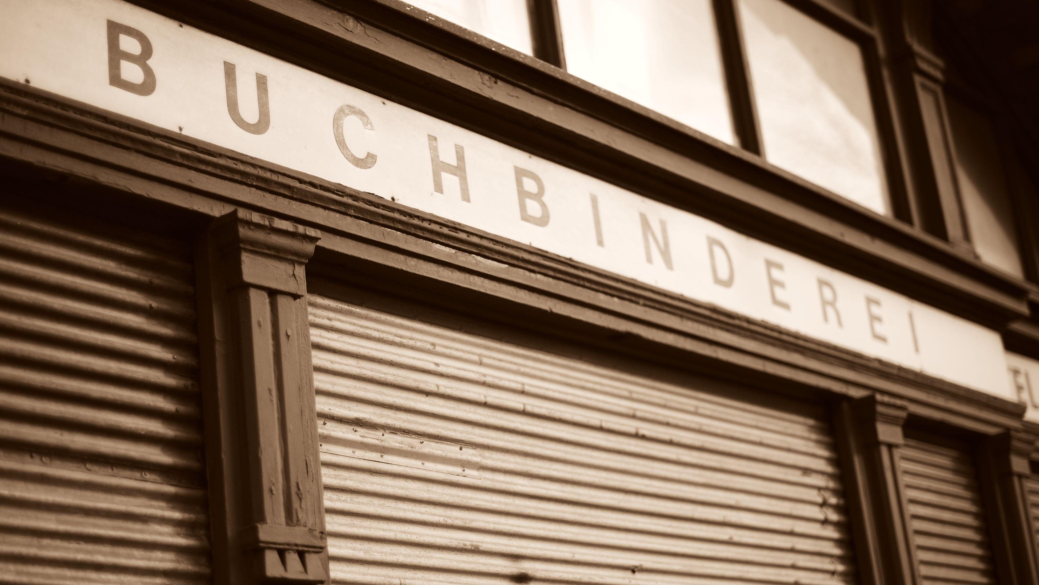 Alte Buchbinderei mit geschlossenen Rollläden