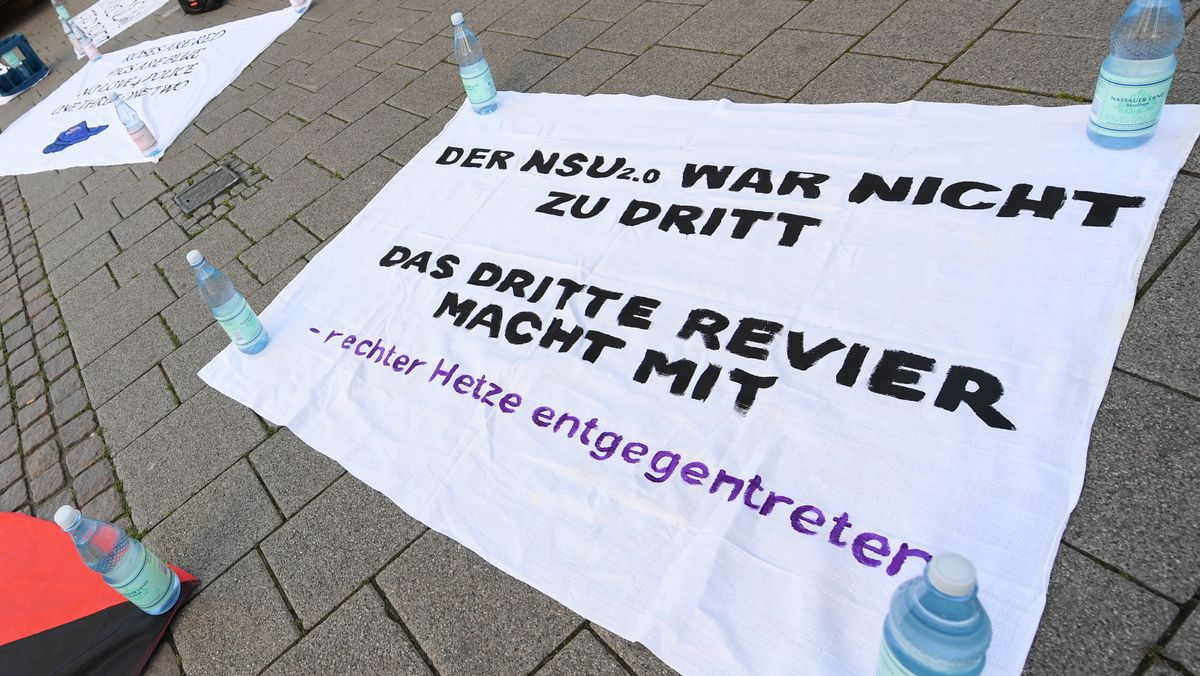 Plakat auf deiner Demo in Wiesbaden