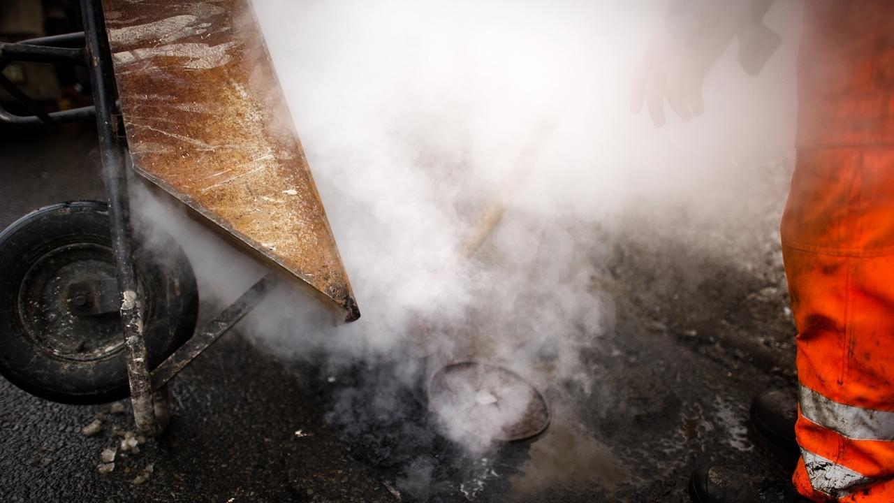 Symbolbild heißer Asphalt bei Bauarbeiten