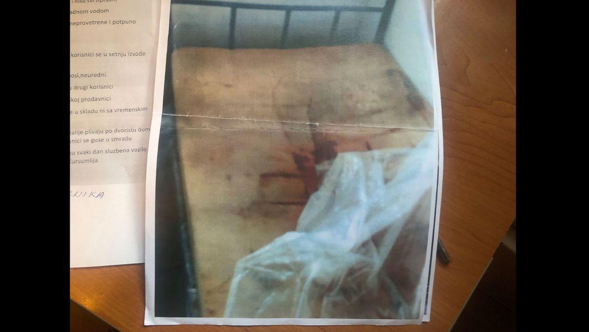 Matratze mit Fäkalien und Blut im Heim Trbunje.