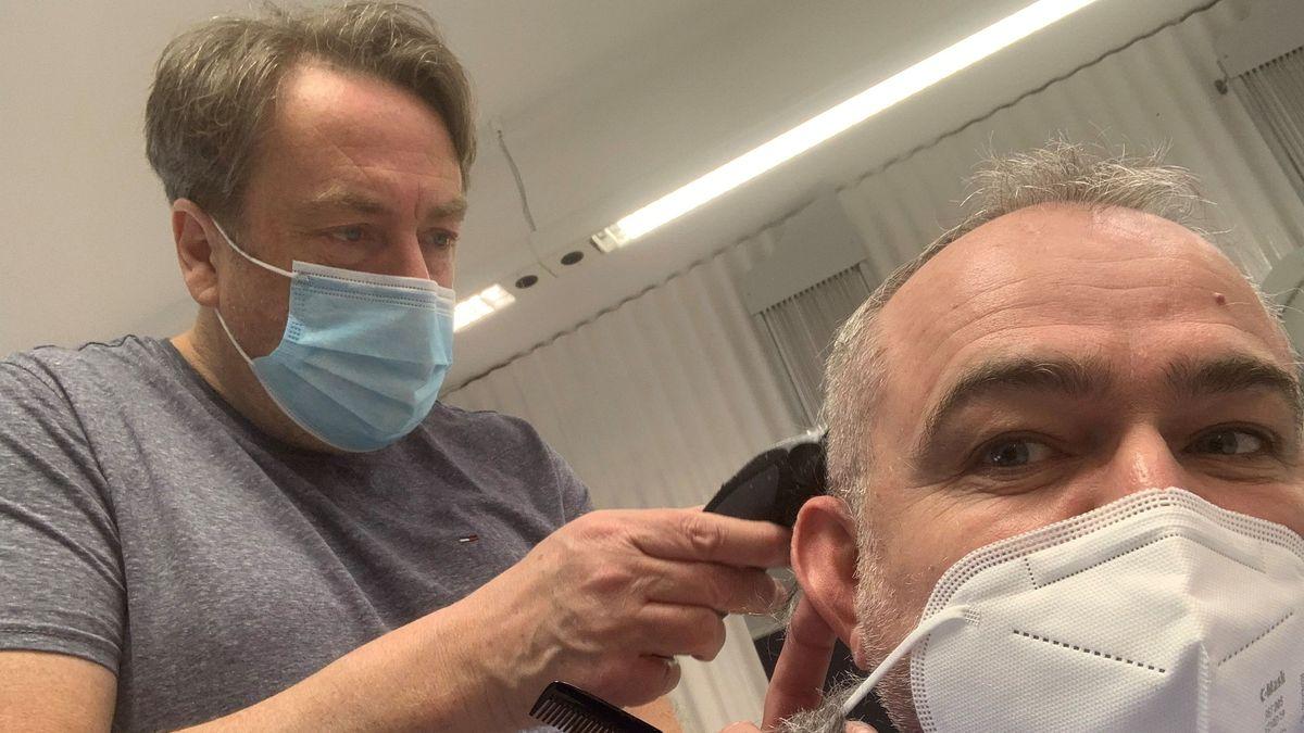 BR-Reporter Martin Gruber beim Friseur