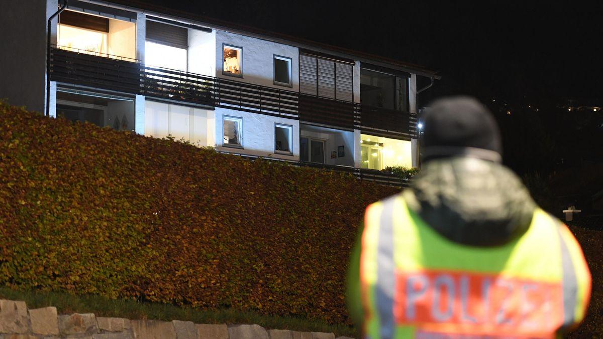 Ein Mitarbeiter der Polizei steht vor dem Tatort in Tegernsee