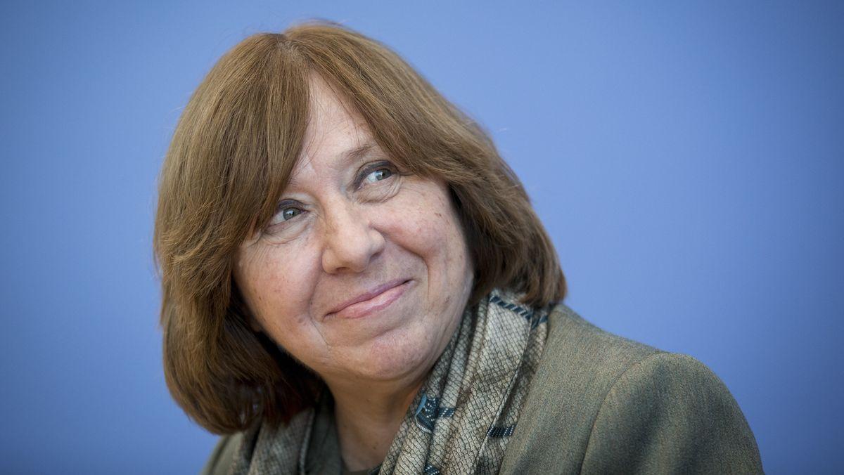 Svetlana Alexijewitsch lächelt in die Kamera.