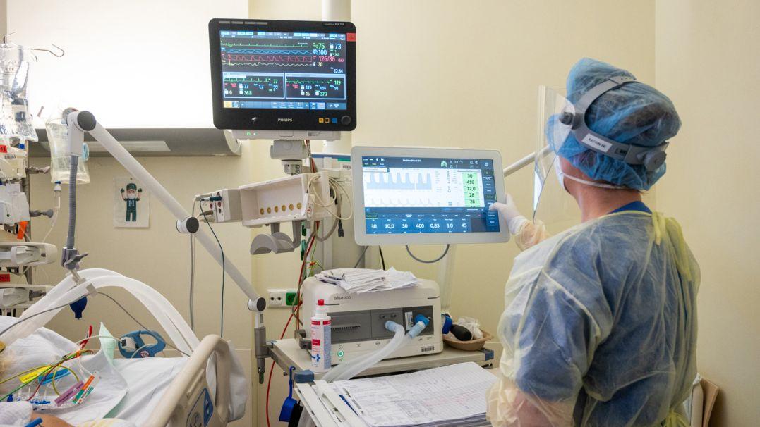Eine Pflegerin schaut sich in der Intensivstation die Werte eines Beatmungsgeräts an mit dem ein Patient mit einem schweren Covid-19 Krankheitsverlauf behandelt wird.