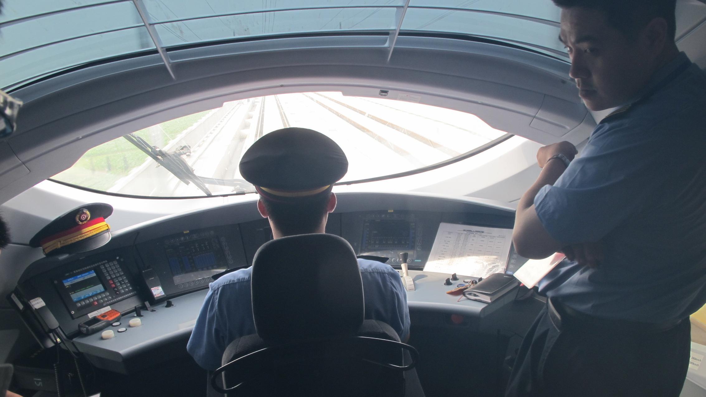 im Cockpit eines chinesischen Schnellzugs. China hat mit rund 30 000 Kilometern das größte Hochgeschwindigkeitsnetz der Welt.