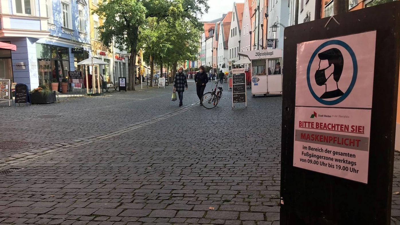 Hinweis auf Maskenpflicht in der Innenstadt von Weiden (Symbolbild)