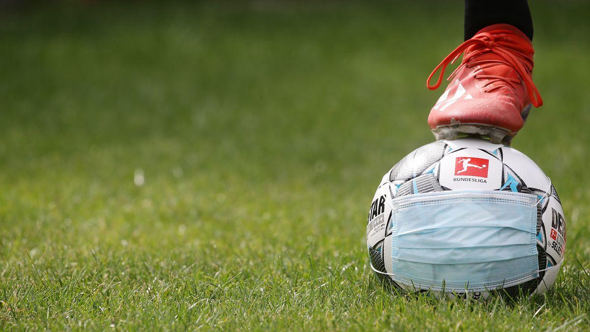 Der Ball ist ab 16. März wieder zurück auf dem Bundesliga Rasen - mit 22 Spielern, ohne Maske, dafür mit ausreichenden Tests für die Spieler.