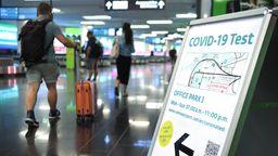 Ohne den Nachweis eines negativen Coronatests darf man gar nicht erst ins Flugzeug einsteigen.    Bild:picture alliance/Roland Schlager/APA/picturedesk.com