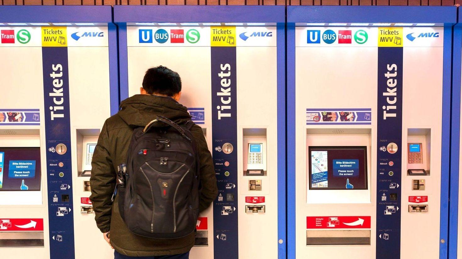 Schüler steht vor einem Fahrkartenautomat des MVV in München