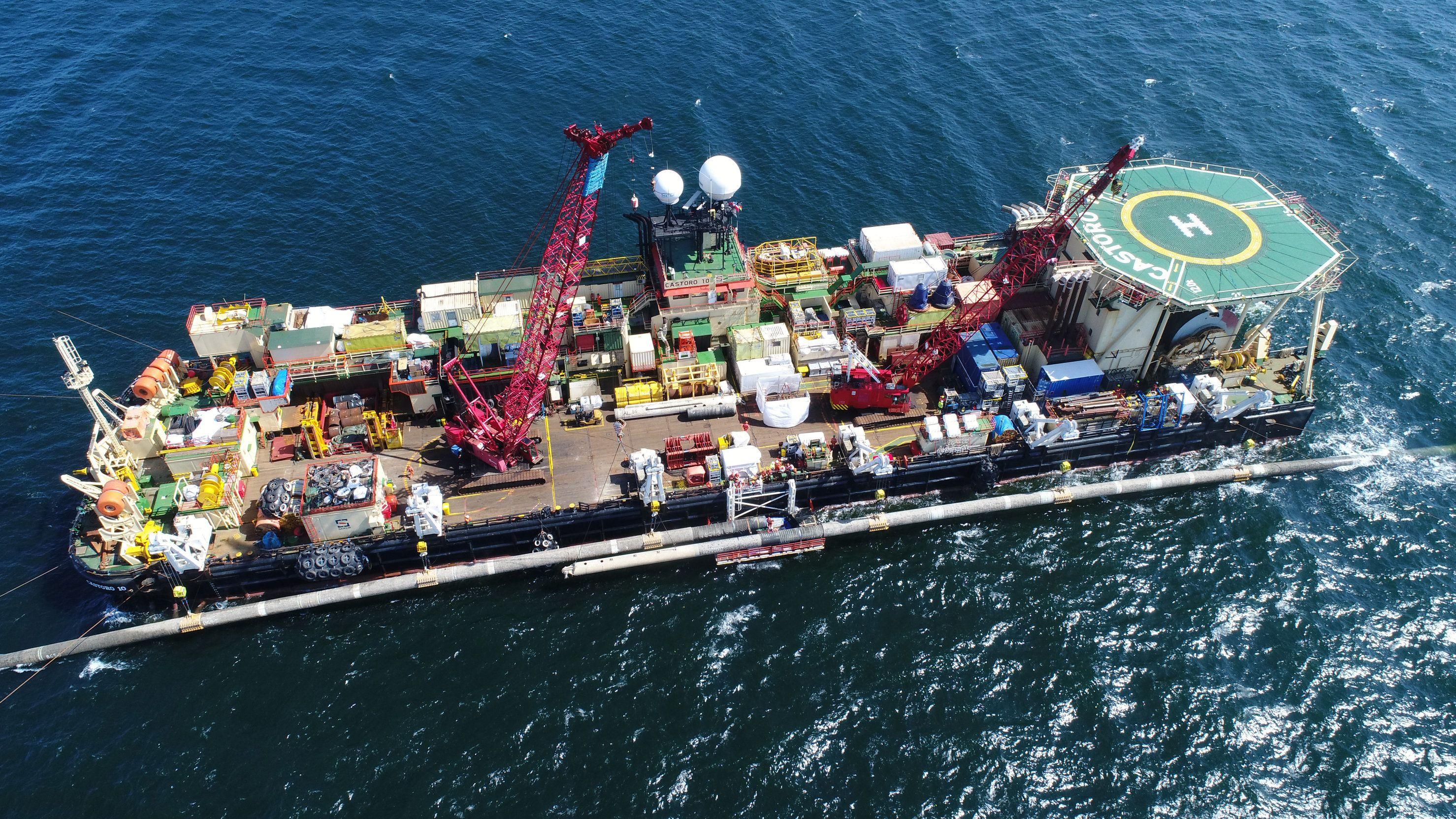 Fachleute arbeiten an der Verbindung verlegter Leitungsstücke der Ostsee-Erdgaspipeline Nord Stream 2 (Luftaufnahme mit einer Drohne).