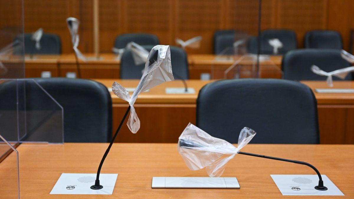 Mikrofone im Gerichtssaal mit Plastiktüten überzogen (Symbolfoto)