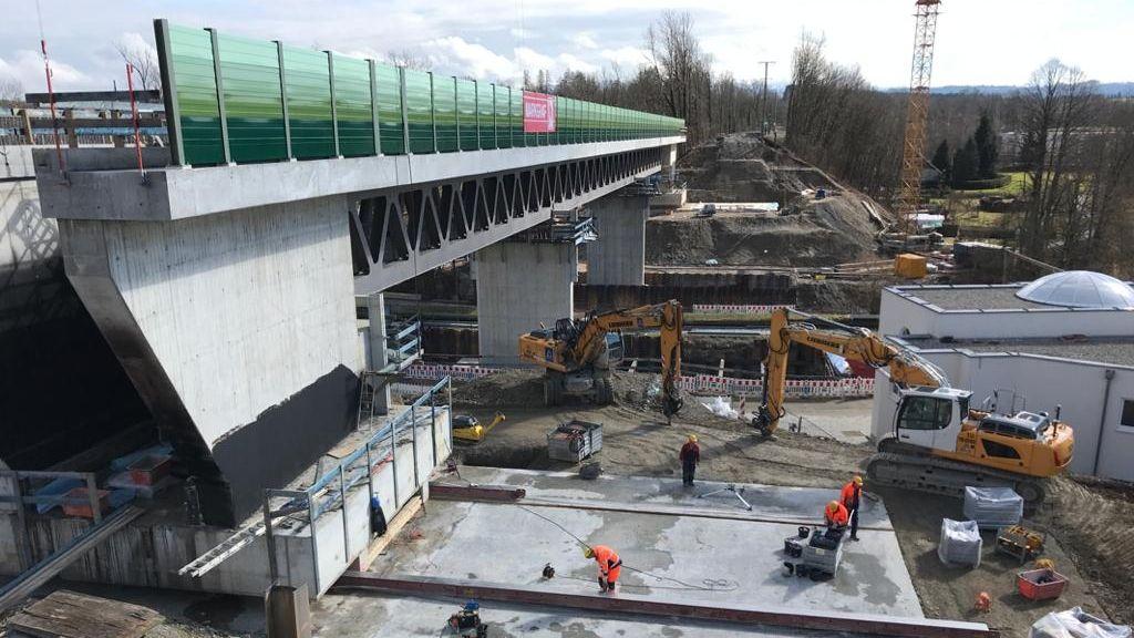 Neue Bahnbrücke wird eingeschoben.
