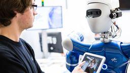 Mann mit Roboter | Bild:BR